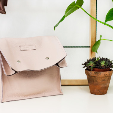 Skórzana torba z długą klapą zapinaną na dwie napy-pale pink