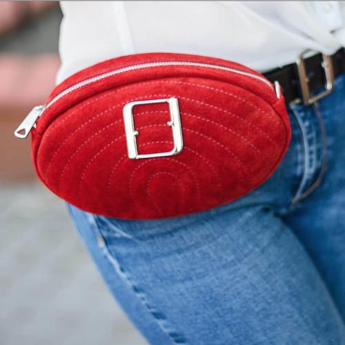 Modna, elegancka, czerwona małą torebka damska ze srebrnym łańcuszkiem i klamrą