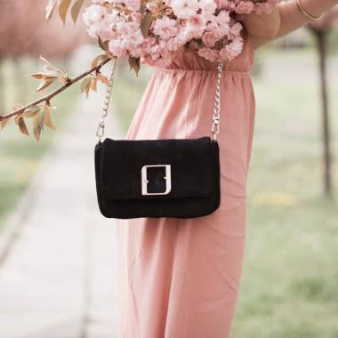 Modna, elegancka mała czarna torebka damska na srebrnym łańcuszku