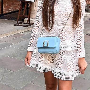 Modna, elegancka mała błękitna torebka damska na srebrnym łańcuszku