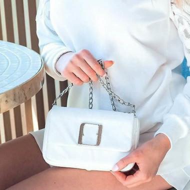 Modna, elegancka mała biała torebka damska na srebrnym łańcuszku