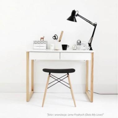 Białe drewniane biurko w stylu skandynawskim w dwiema szufladami