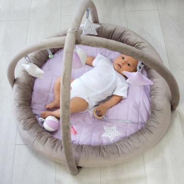 Beżowo-liliowa mata edukacyjna dla niemowląt/ mata do zabawy/do spania.