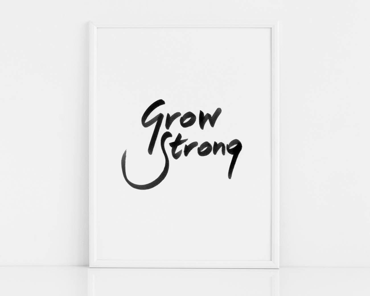 Czarno-biały plakat na ścianę z czarnym napisem GROW STRONG