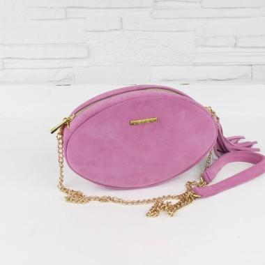 Modna, elegancka mała różowa torebka damska z łańcuszkiem w złotym kolorze, na skórzanym pasku