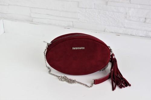 Modna, elegancka mała ciemnoczerwona torebka damska z łańcuszkiem w srebrnym kolorze, na skórzanym pasku