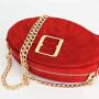 Modna, elegancka, czerwona małą torebka damska ze złotym łańcuszkiem i złotą klamrą