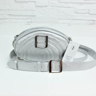 Modna, elegancka mała torebka damska, srebrna ze srebrną klamrą i łańcuszkiem, na skórzanym pasku