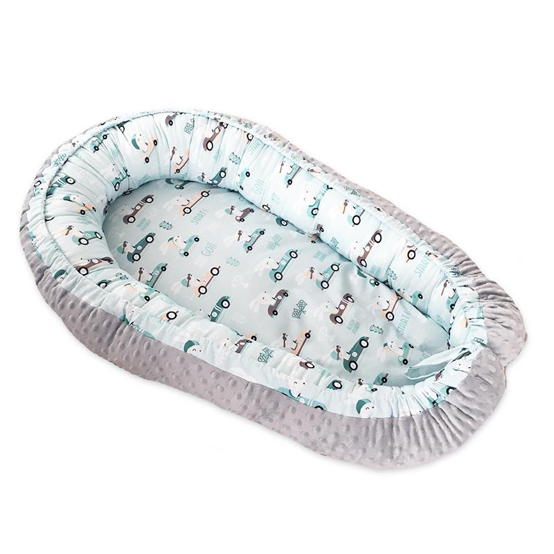 delikatny, miękki dwustronny kokon niemowlęcy w autka i króliki z szarym minky