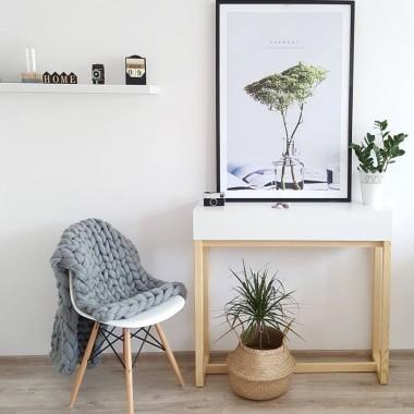 Biała konsola w stylu skandynawskim idealna do przedpokoju, sypialni czy salonu
