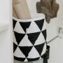Kosz w prosty wzór czarno- białych trójkątów.