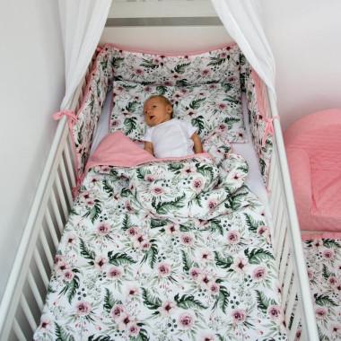 Dwustronny, pikowany ochraniacz na boki łóżeczka dla dziewczynki w kwiatki