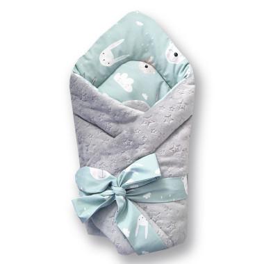 Dwustronny rożek niemowlęcy (becik) wykonany z wysokiej jakości bawełny w króliki i misie oraz miękkiego i miłego w dotyku minky w srebrnym kolorze.