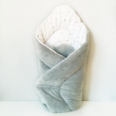 Dwustronny rożek niemowlęcy wykonany z wysokiej jakości bawełny w srebrne gwiazdki oraz miękkiego i miłego w dotyku minky w srebrnym kolorze.