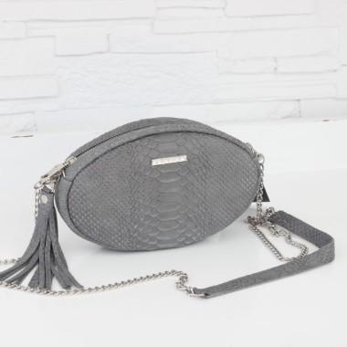 Modna, elegancka mała szara torebka damska z wzorem krokodyl z łańcuszkiem w srebrnym kolorze, na skórzanym pasku