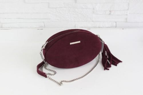 Modna, elegancka mała fioletowa torebka damska z łańcuszkiem w srebrnym kolorze, na skórzanym pasku