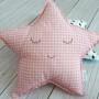 Podusia dla dzieci w kształcie gwiazdki wykonana z różowej pepitki.