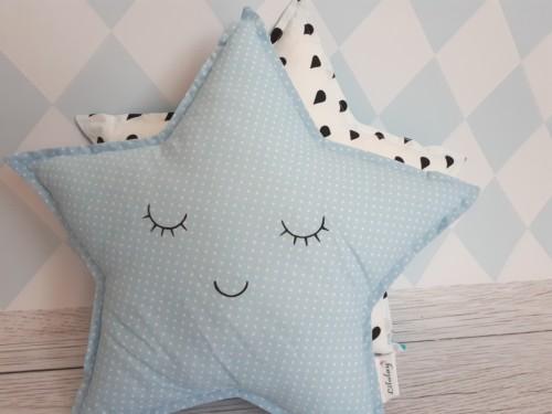 Podusia dla dziecka w kształcie gwiazdki wykonana z niebieskiej bawełny w białe kropeczki.