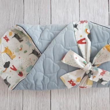Rożek niemowlęcy wykonany z mięciutkiego velvet i delikatnej bawełny w kolorowy wzór ze smokami.