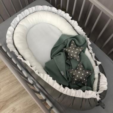 koko-grafitowo-bialy-z-falbanka Kokon niemowlęcy doskonale otula maleństwo do snu.