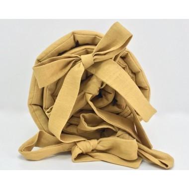 Delikatny ochraniacz w pięknym miodowym kolorze wykonany ze 100% lnu. Ochraniacz przymocowujemy do łóżeczka za pomocą przyszytych kokardek.