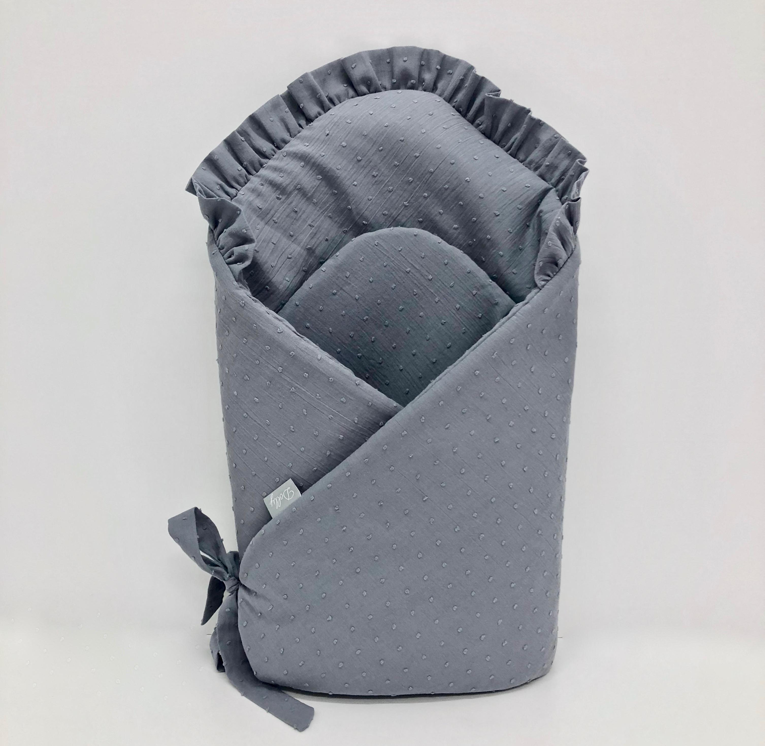 Rożek/becik niemowlęcy w szarym kolorze z falbanką i kokardką jest mięciutki i milutki.