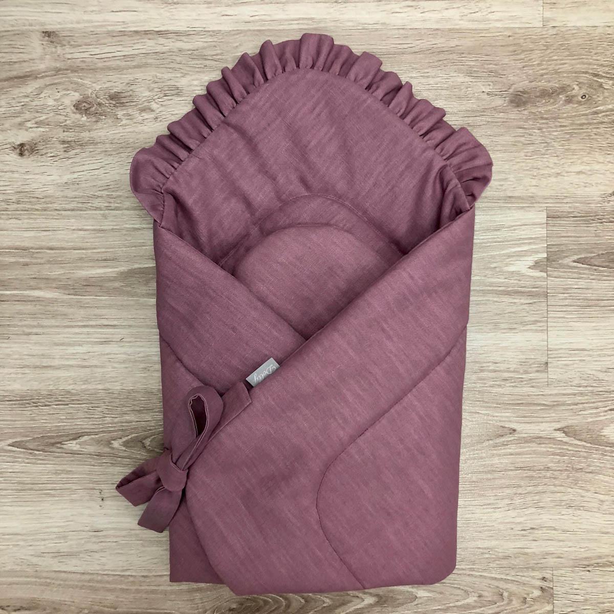 Rożek niemowlęcy w kolorze zgaszonego fioletu, z falbanką i kokardką jest mięciutki i milutki.