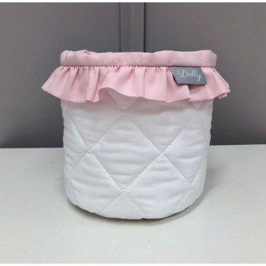 Mały biały koszyczek z różową falbanką do pokoju dziecka