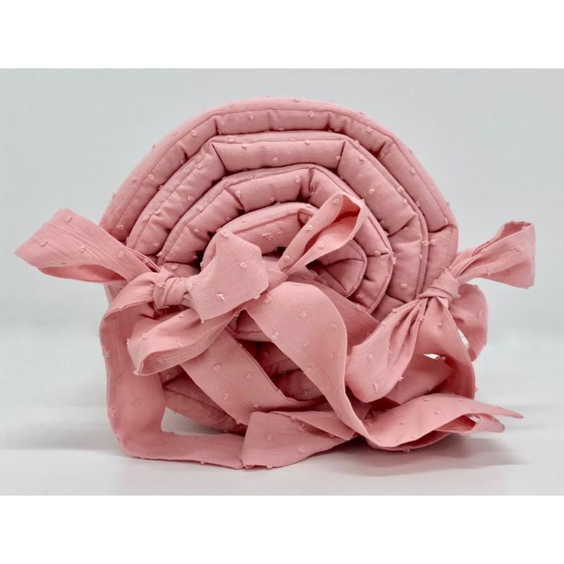 Różowy ochraniacz do łóżeczka dziecięcego wykonany z bawełny plumeti.