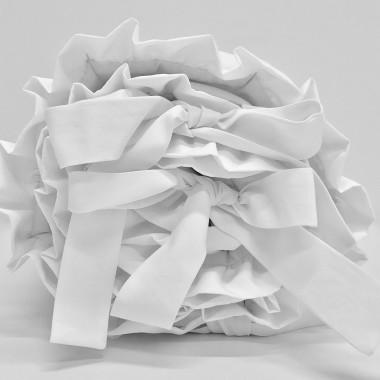 Delikatny ochraniacz w kolorze białym wykonany ze 100% bawełny.
