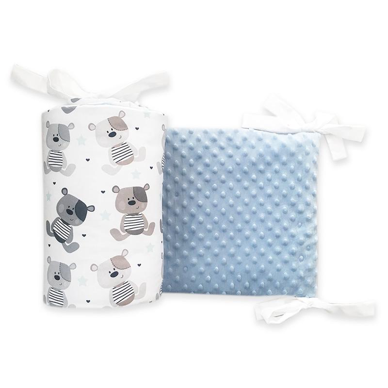 Ochraniacz na sczebelki do łóżeczka dziecięcego z jednej strony niebieski minky, a z drugiej szare misie