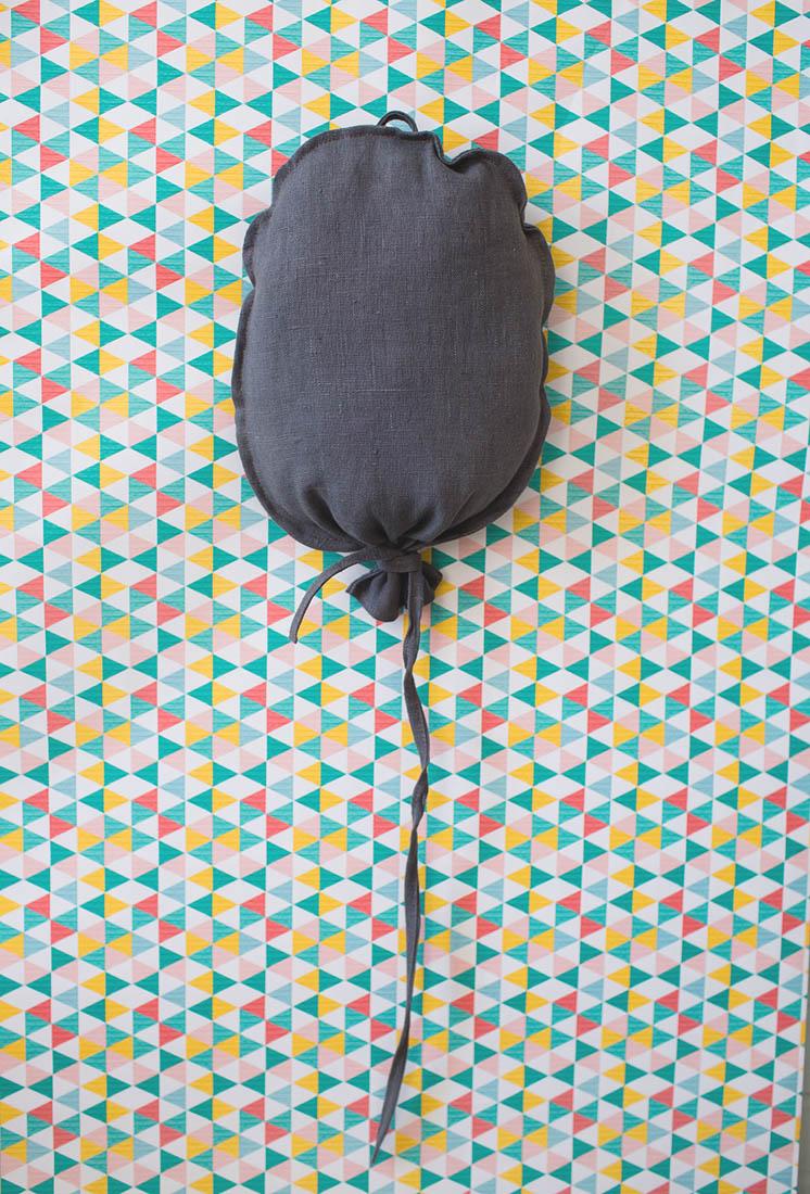 Balonik lniany do pokoju dziecka w kolorze stalowym. Środek wypchany kulką sylikonową.