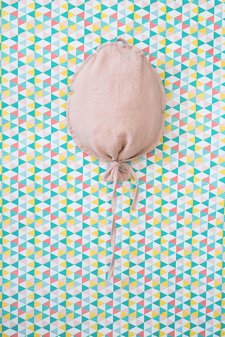 Balonik lniany w kolorze pudrowego różu. Środek wypchany kulką sylikonową. Dekoracja do pokoju dziecka.