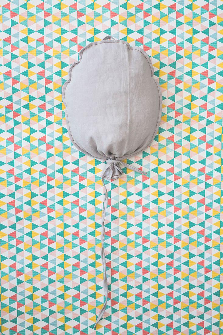 Balonik lniany w kolorze popielatym. Środek wypchany kulką sylikonową.