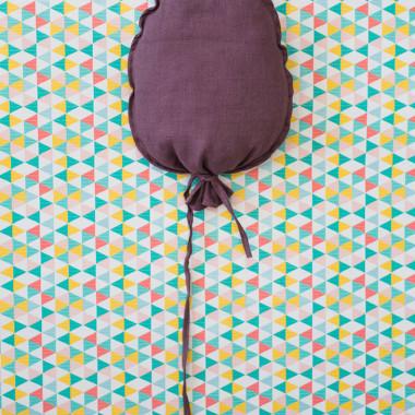 Balonik lniany w kolorze bakłażanu. Środek wypchany kulką sylikonową. Dekoracja do pokoju dziecka.