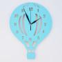 Drewniany zegar ścienny w stylu skandynawskim do pokoju dziecięcego. Niebieski.