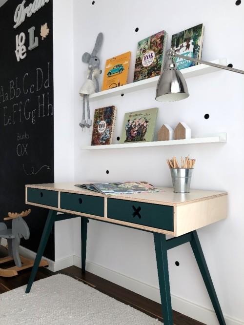 Biurko do pokoju dziecka/nastolatka z trzeba szyfladami do przechowywania. Idealne biurko młodzieżowe do odrabiania lekcji.