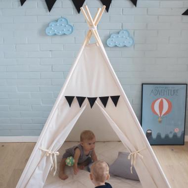 Namiot/tipi Blady Przyjaciel charakteryzuje się jasną zasłonką nad okienkiem i czarnymi proporczykami nad wejściem.