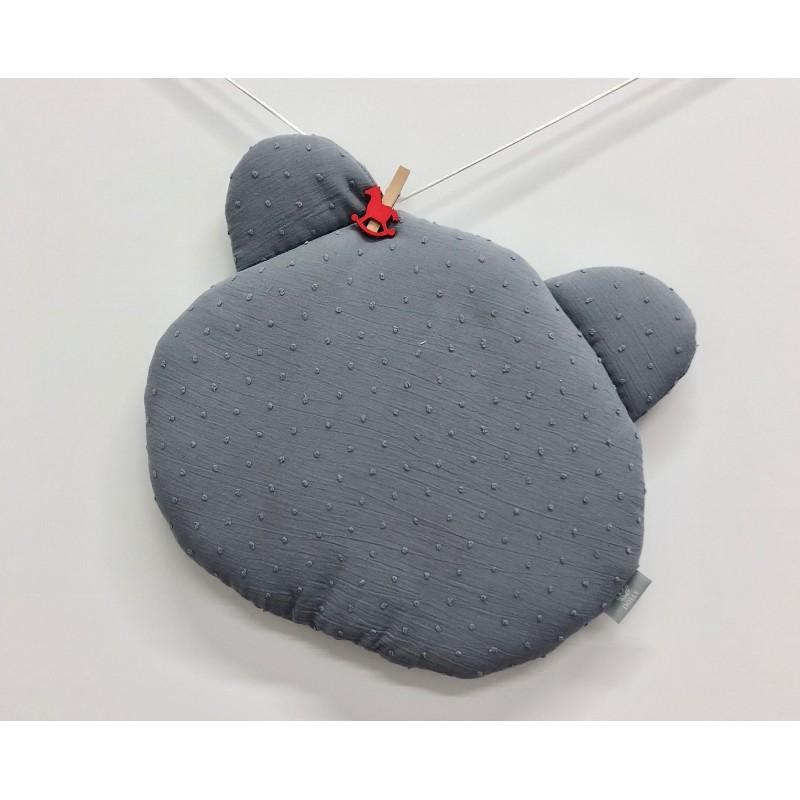 Płaska poduszka uszyta z bawełny plumeti sprawdzi się doskonale do łóżeczka lub wózka.