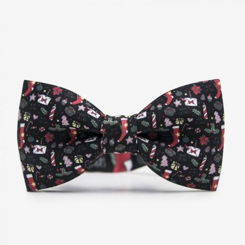 Czarna męska mucha na szyję ze świątecznym wzorem. Idealny pomysł na prezent pod choinkę dla mężczyzny. Na wigilię dla mężczyzny.