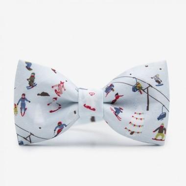Wielokolorowa, zimowa męska mucha na szyję dla miłośnika narciarstwa. Idealny pomysł na prezent pod choinkę lub Mikołajki dla mężczyzny. Na wigilię dla mężczyzny.