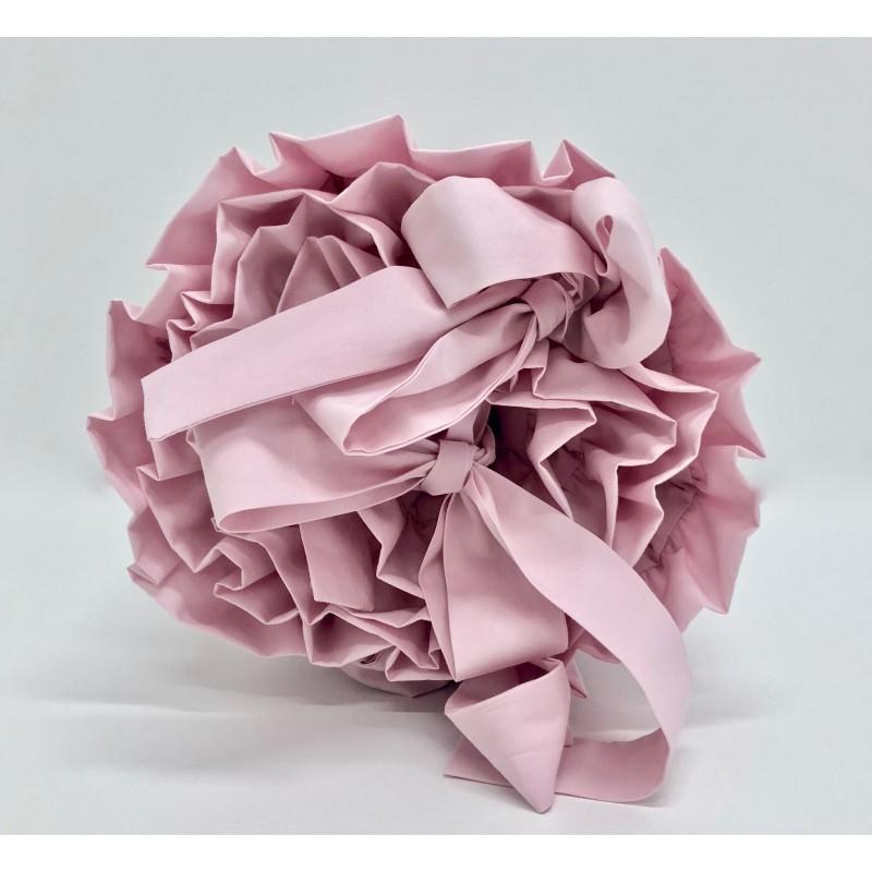 Delikatny ochraniacz do łóżeczka dziecięcego w kolorze pudrowo różowym wykonany ze 100% bawełny.