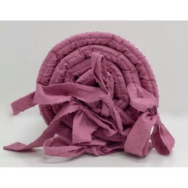 Delikatny ochraniacz niemowlęcy w amarantowym kolorze wykonany ze 100% bawełny plumeti.