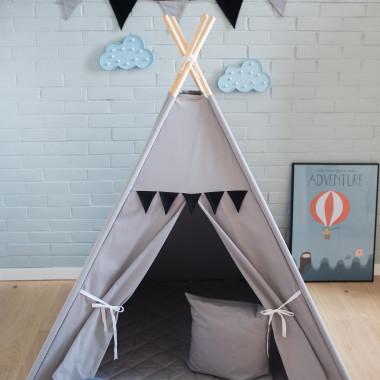 Dziecięcy namiot tipi Popularny Nicpoń został wykonany z szarej bawełny.