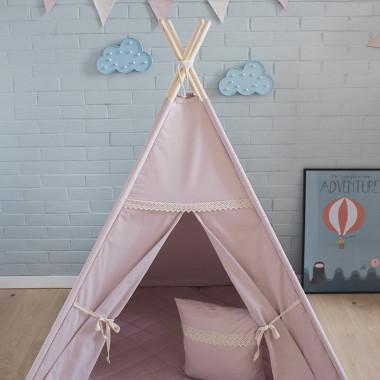 Namiot Różowa Szarość z bawełny w kolorze brudnego różu. Charakteryzuje się dwoma okienkami. Okienka i drzwiczki zostały wykończone bawełnianą koronką.