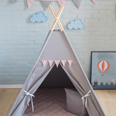 Szary namiot tipi dla dzieci z różowymi proporczykami