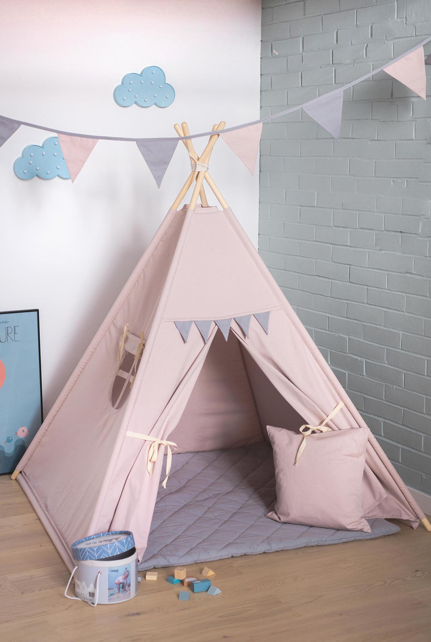 Szary namiot tipi dla dzieci z szarymi proporczykami i okienkiem
