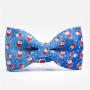 Niebieska mucha na szyję ze świątecznym wzorem. Idealny pomysł na prezent pod choinkę dla mężczyzny. Na wigilię dla mężczyzny.