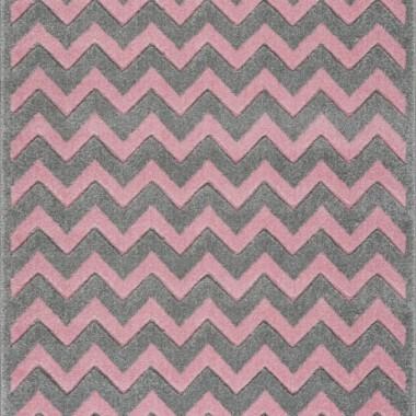 Przepiękny dywan dziecięcy w szaro-różowe zygzaki nada niepowtarzalnego charakteru każdemu pokoikowi dziecięcemu.