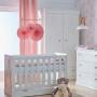 Biała szafa do pokoju dziecka wykonana z płyty MDF